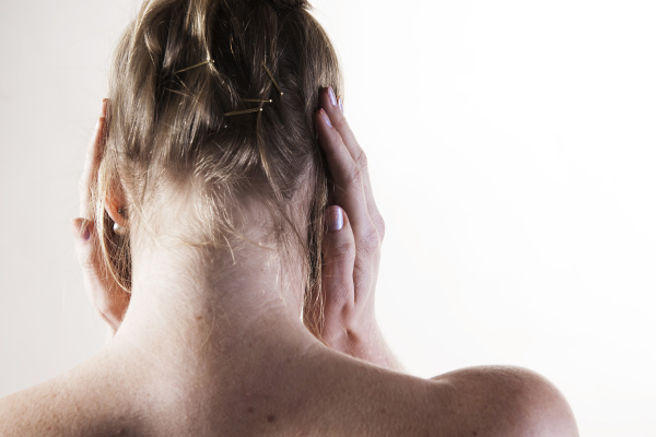 junge frau mit ohrenschmerzen kopfschmerzen
