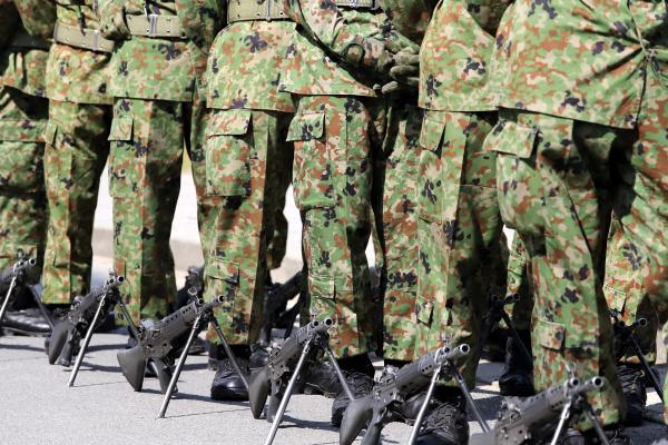 japanisch bewaffnete marschierende soldaten mit gewehr