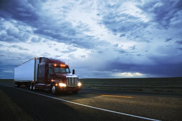 3 4 frontansicht eines lastwagens auf