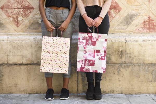 zwei frauen mit einkaufstaschen teilansicht