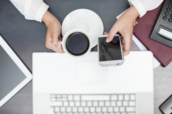 frau mit tasse kaffee mit smartphone