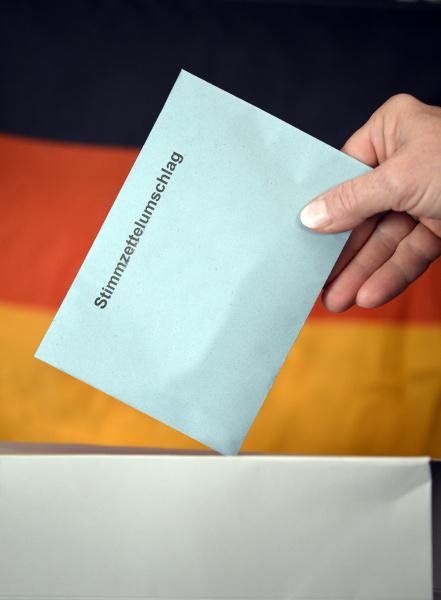symbolbild bundestagswahl hand steckt stimmzettel