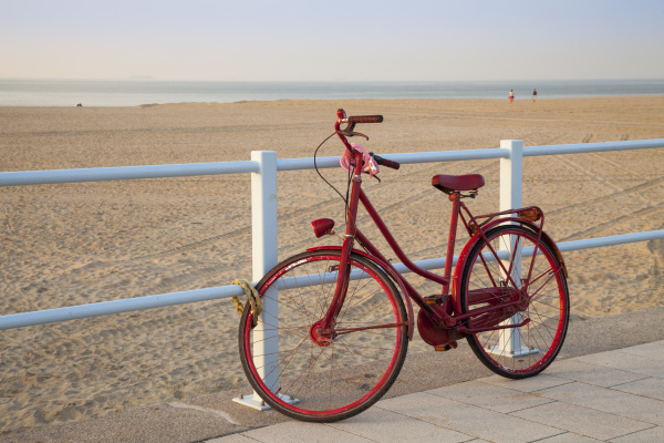 fahrrad und sandstrand scheveningen den haag