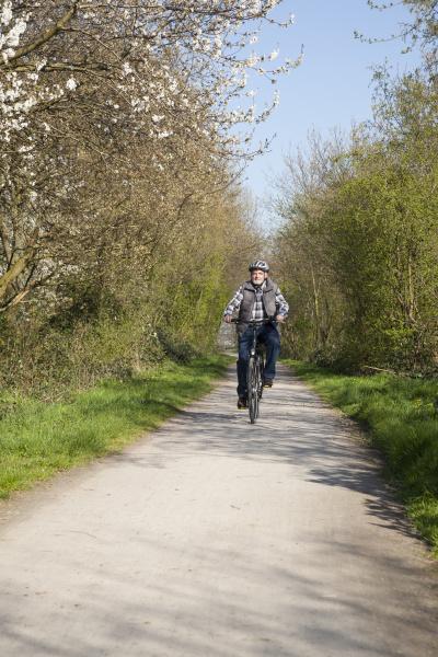 deutschland nordrhein westfalen senior faehrt fahrrad