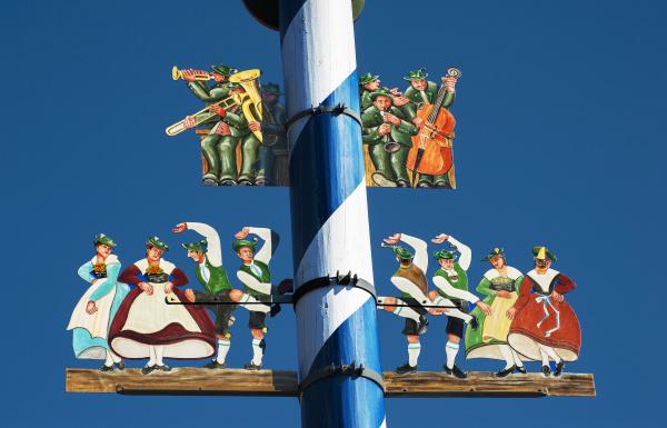 maibaum mit bayerischen figuren in schliersee