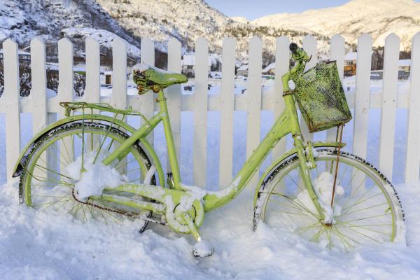 gruenes fahrrad im schnee lodingen insel