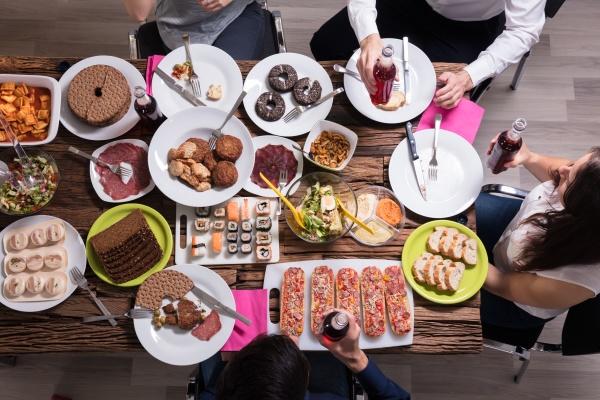 freunde die zusammen zu mittag essen