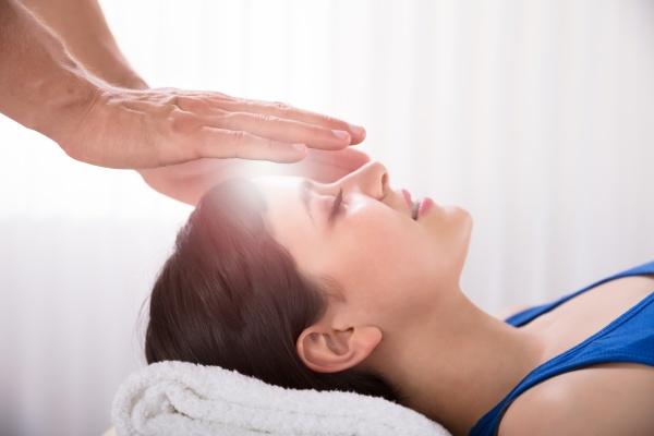 therapeut der reiki healing treatment auf