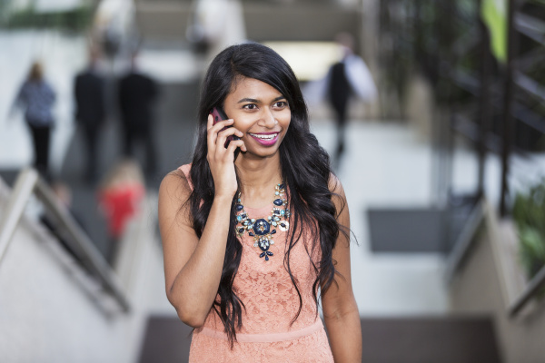 frau gespraech telefon telephon reden redend
