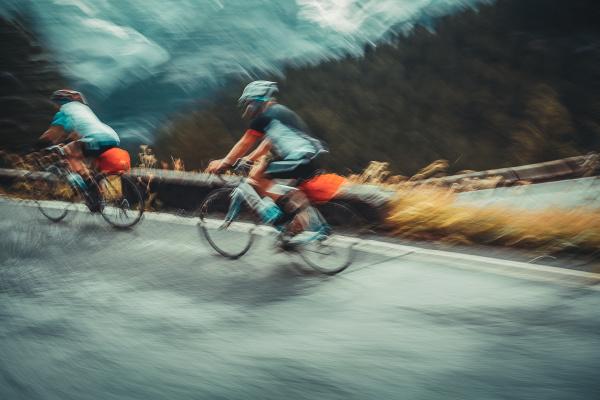 zwei sportler auf den fahrraedern