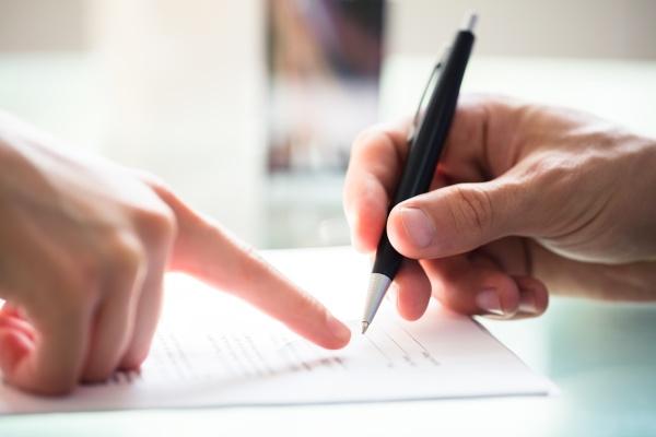unternehmer der angestellten beim unterzeichnen des