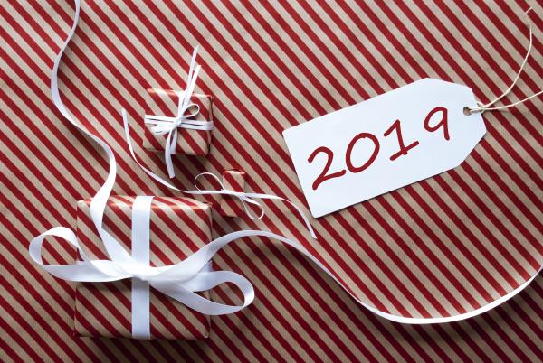 zwei geschenke mit label text 2019