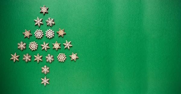 schneeflocken die einen weihnachtsbaum aufbauen