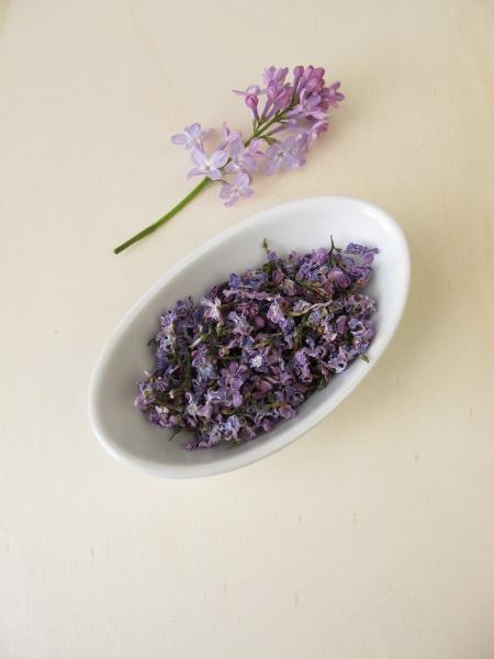 getrocknete lila blumen in schuessel