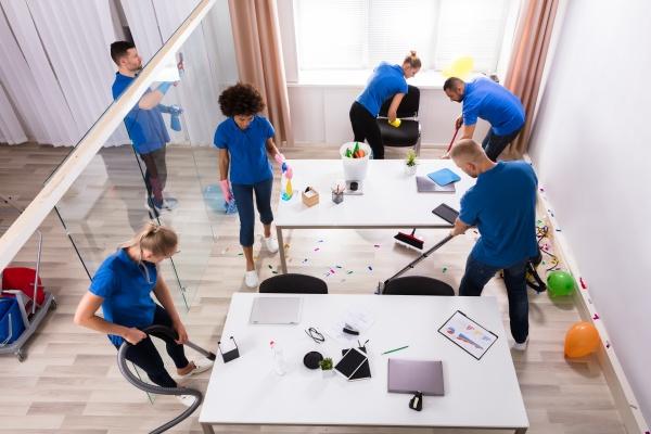 gruppe der janitoren reinigungsbuero mit reinigungsausruestung