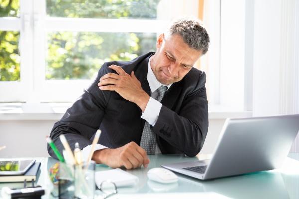 geschaeftsmann erkaempfte sich von schulterschmerzen