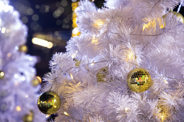 nahaufnahme geschmueckter outdoor weisser weihnachtsbaum mit