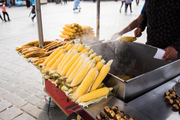 frisch gekochter und geroestetem mais ist