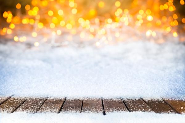 leere verschneite holzplanken weihnachten bokeh hintergrund