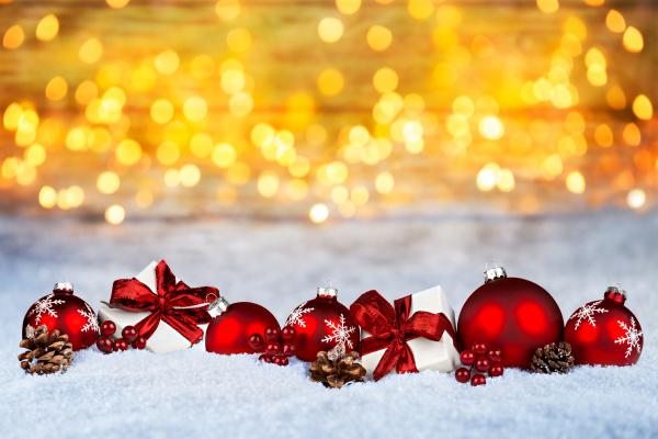 rotes weihnachtsschaufeln goldener bokeh hintergrund