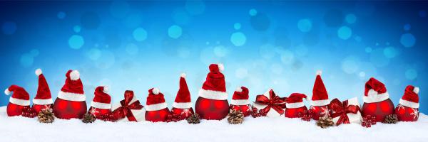 rote weihnachtskugel reihe santa hut blau