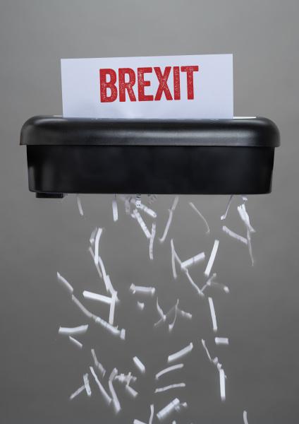 schredder zerstoert ein dokument brexit