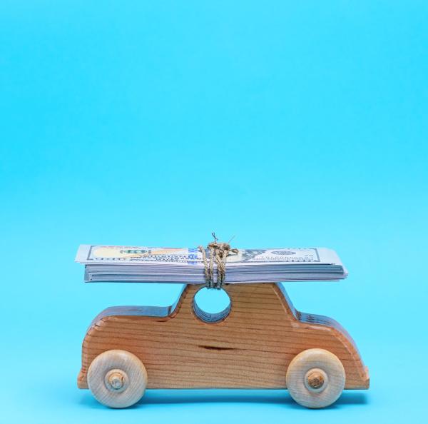 hoelzerne kinderwagen traegt auf der dachterrasse