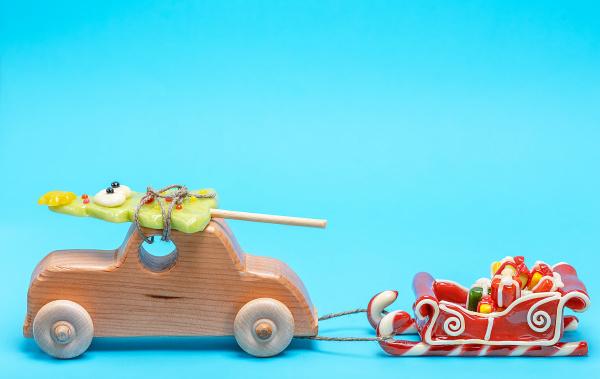 holz kinderauto traegt eine karamell ferienfichte