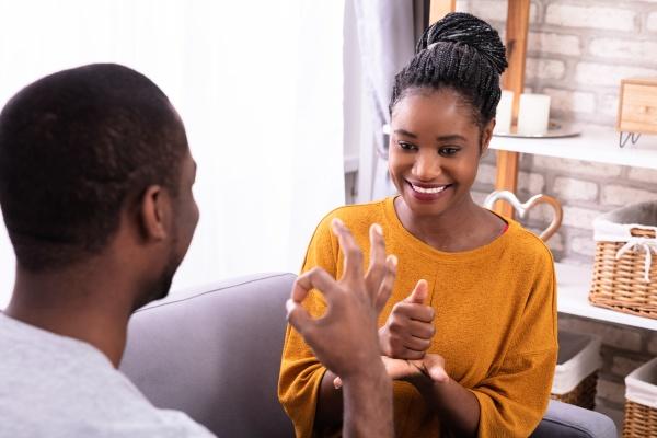 ehepaar kommuniziert mit gebaerdensprachen