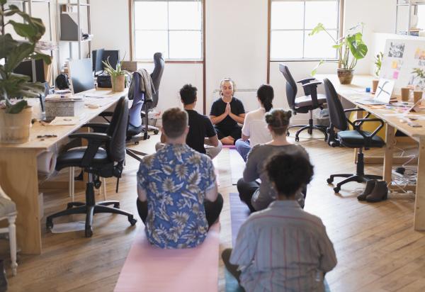 kreative geschaeftsleute meditieren im buero