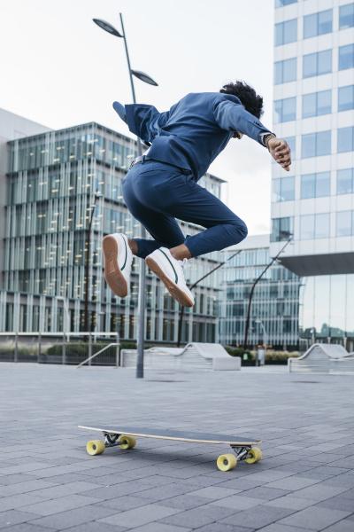 spanien barcelona junger geschaeftsmann der skateboard