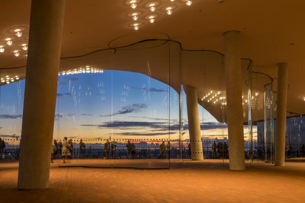 blick von der plaza der elbphilharmonie