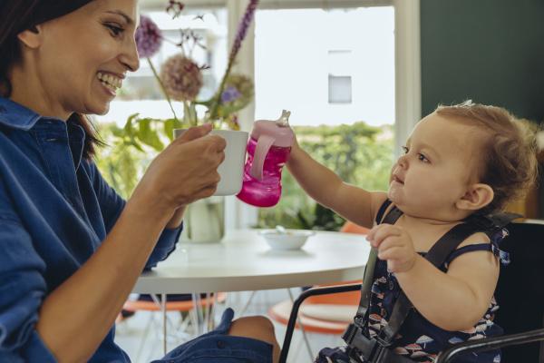 glueckliche mutter und baby tochter klingende