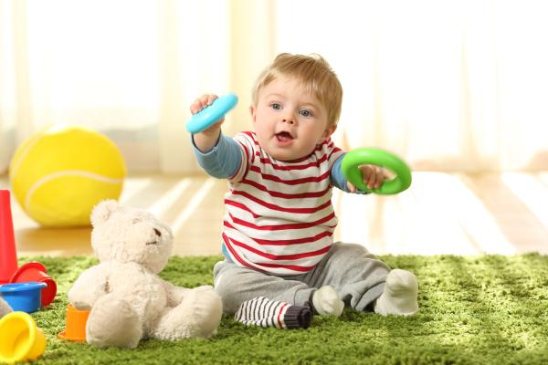 baby spielt mit spielzeug auf einem