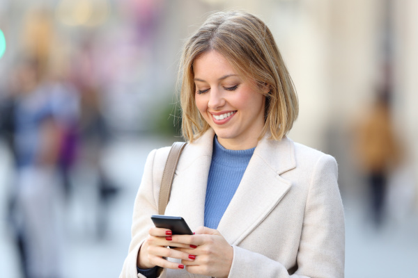 elegante frau mit einem smartphone auf