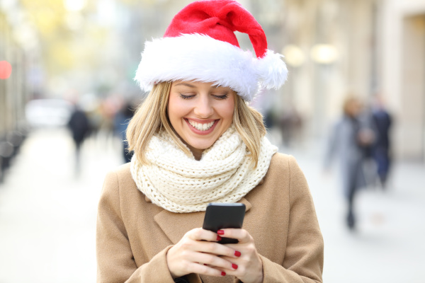frau liest telefontext an weihnachten