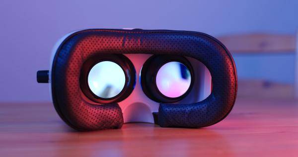 virtual reality geraet mit violettem und