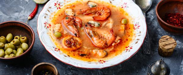 wuerzige suppe mit meeresfruechten