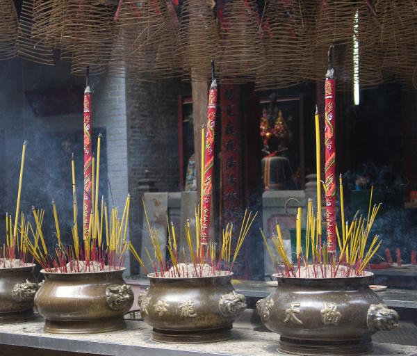 weihrauchverbrennung im thien hau tempel