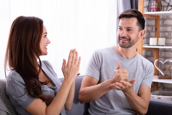 paar kommunikation mit gebaerdensprache