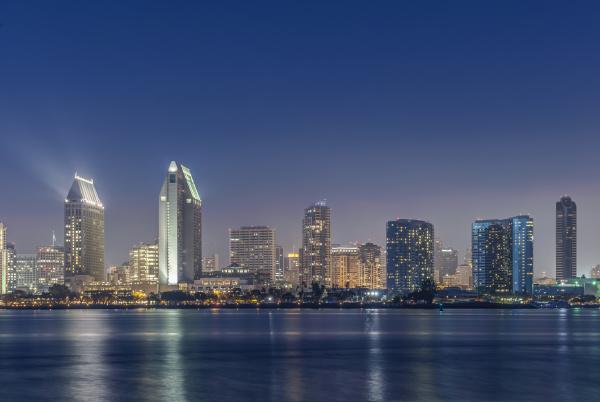 stadt skyline leuchtet in der nacht