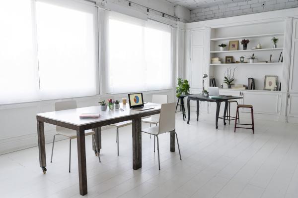 der innenraum eines modernen coworking spaces