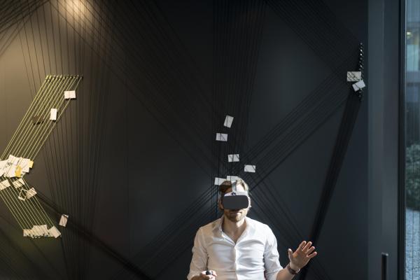 geschaeftsmann mit virtual reality brille und