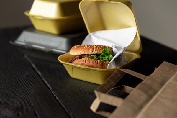 hamburger in einem takeaway container auf