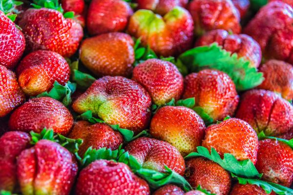 erdbeeren auf dem marktplatz verkauft