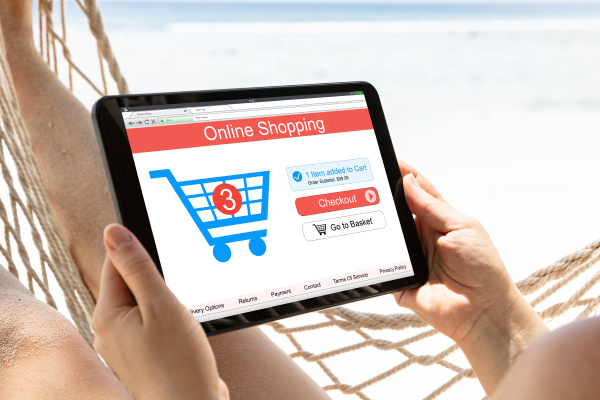 frau shopping online auf digitalen tablet