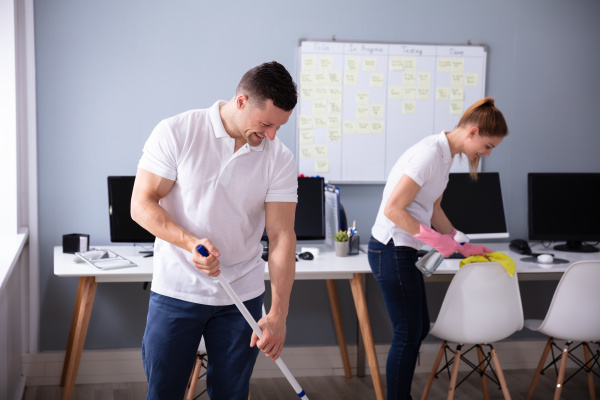 laechelnd zwei junge janitor reinigung das
