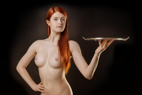 sexy dame mit einem leeren tablett