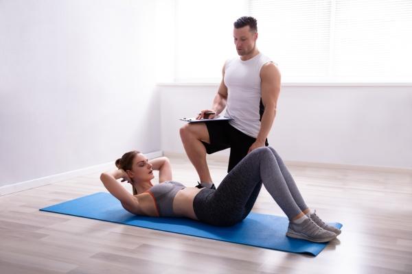 frau tun sit ups ueber yoga