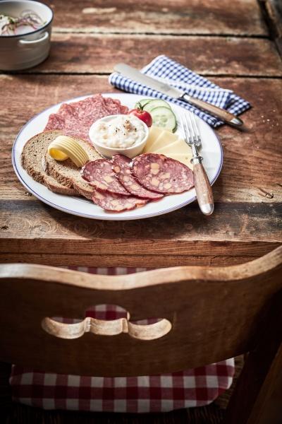 leckerer mittagsteller mit kaese und wildwurst
